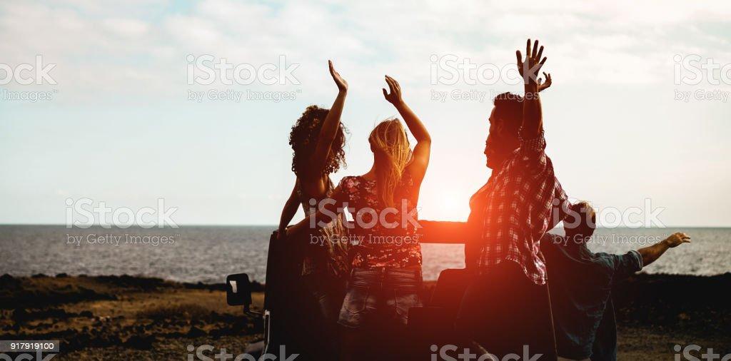 Silhouette der glückliche Touristen Freunde tun Ausflug nächsten Strand auf Cabrio 4 x 4 Auto - junge Leute, die Spaß, die zusammen reisen - Freundschaft und Urlaub-Konzept - Schwerpunkt Zentrum Jungs – Foto