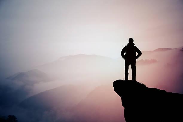 Silhouette der Wandern Mann in Bergen – Foto