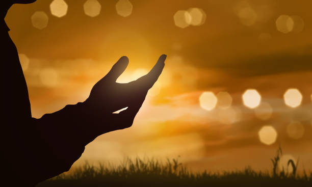 張開手掌向上帝祈禱的人的手的剪影 - prayer 個照片及圖片檔