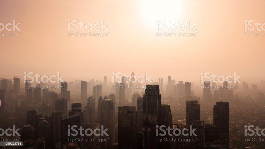 Silueta del paisaje urbano de Jakarta en el tiempo de anochecer - Foto de stock de Aire libre libre de derechos