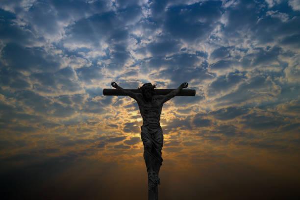 silhouette of jesus christ crucifix cross on heaven - jesus and heart zdjęcia i obrazy z banku zdjęć
