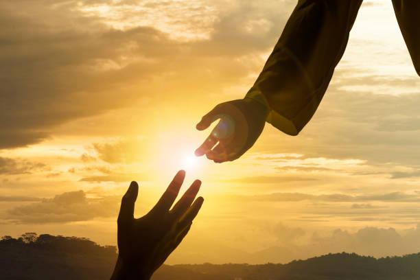 sylwetka jezusa dająca pomocną dłoń - bóg zdjęcia i obrazy z banku zdjęć