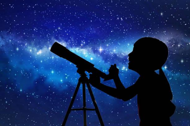 silhouette de petite fille regardant à travers un télescope - astronomie photos et images de collection