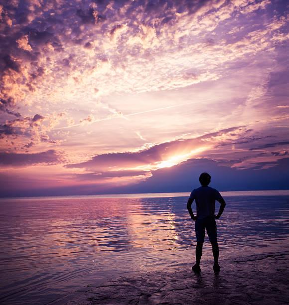 Kontur der Mann Genießen Sie den Sonnenuntergang am Meer – Foto