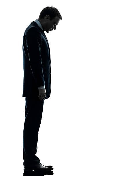 triste uomo d'affari alla ricerca verso il basso, silhouette - guardare verso il basso foto e immagini stock