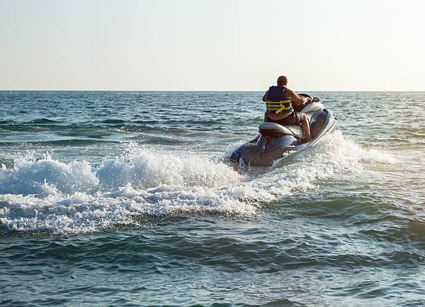 Kontur eines Mannes auf Jetski am Meer – Foto