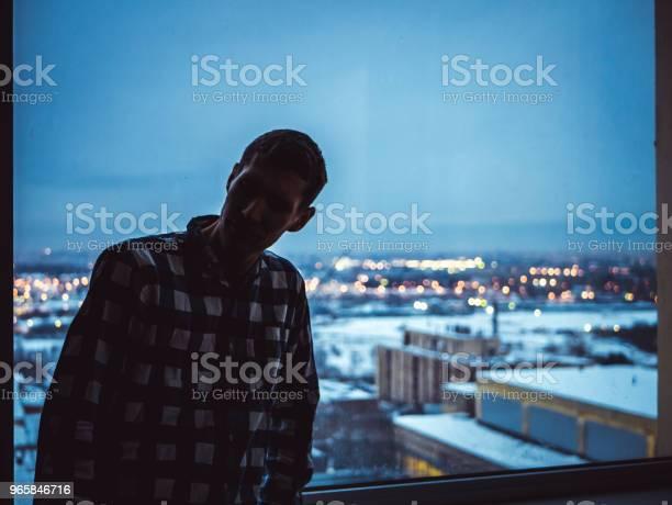 Силуэт Человека Стоящего У Окна — стоковые фотографии и другие картинки Архитектура