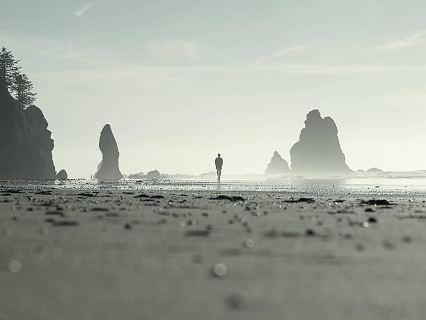 Silhouette von einem Mann zu Fuß am Strand – Foto