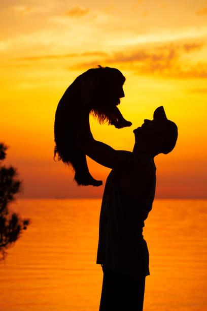 silhouette der mann mit hund bei sonnenuntergang - hunde aus dem tierheim stock-fotos und bilder