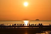 海のビーチで多くの人々 のシルエット