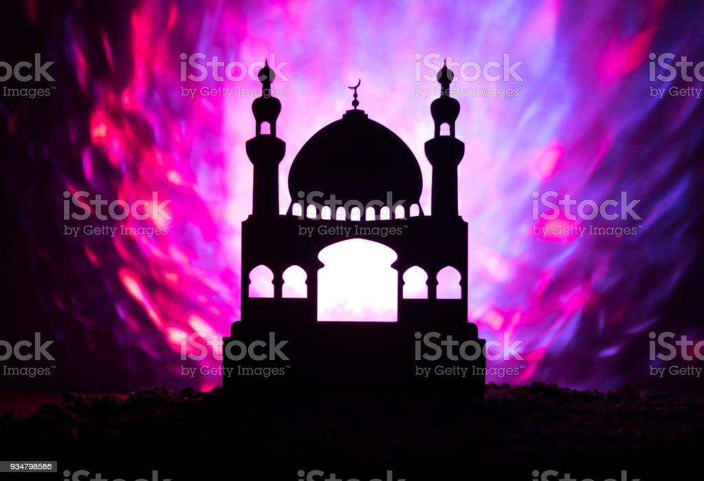 건물에 모스크의 실루엣 안개 배경 톤. 라마단 카림 배경입니다. 해질녘 모스크입니다. - 로열티 프리 0명 스톡 사진