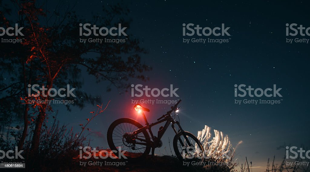 Silhouette der Mountainbike mit leuchtenden Lampe - Lizenzfrei 2015 Stock-Foto