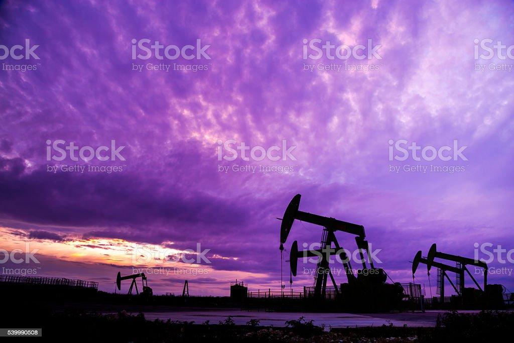 Silueta de bombas de aceite en campo de petróleo - foto de stock