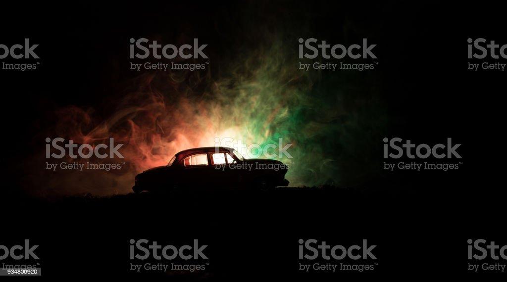실루엣의 어두운 안개에 빈티지 자동차에 빛나는 조명으로 배경 톤 빛, 낮은 또는 오래 된 범죄 차 어두운 배경 실루엣. - 로열티 프리 0명 스톡 사진
