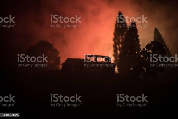 Sylwetka Starego Zabytkowego Samochodu W Ciemnym Mglistym Tle Stonowanym Z Świecącymi Światłami W Słabym Świetle Lub Sylwetką Starego Samochodu W Ciemnym Lesie - zdjęcia stockowe i więcej obrazów Bez ludzi