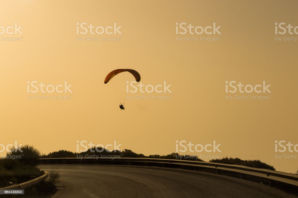 Silhouet van paraglider vliegen in de avondlucht met zonsondergang. - Royalty-free Activiteit Stockfoto