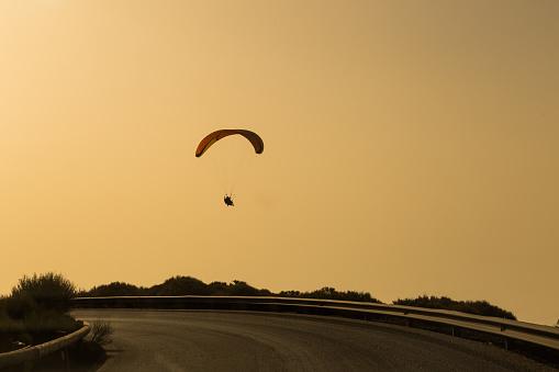 Silhouet Van Paraglider Vliegen In De Avondlucht Met Zonsondergang Stockfoto en meer beelden van Activiteit