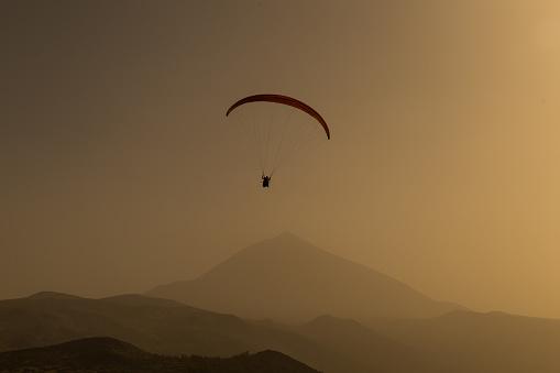 Foto de Silhueta De Parapente Voando No Céu Da Noite Com O Pôr Do Sol e mais fotos de stock de Acima