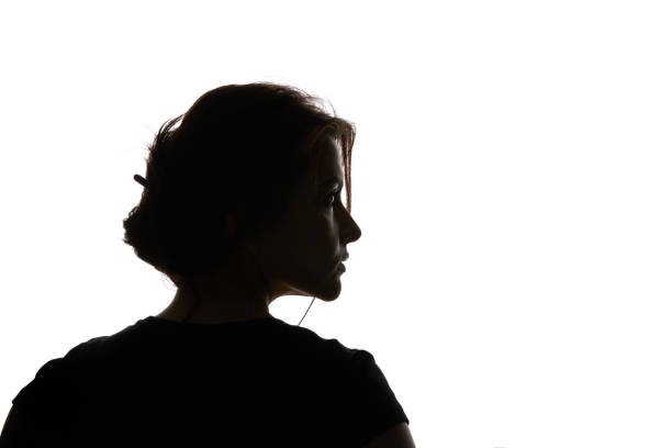 beyaz üzerinde izole görünümlü dalgın kadın silüeti - arkadan aydınlatmalı stok fotoğraflar ve resimler