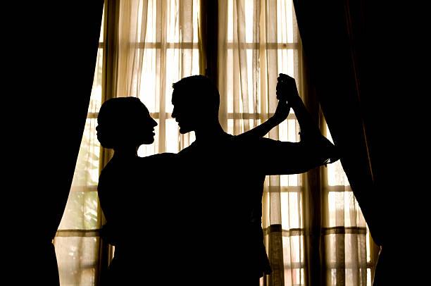 silhueta de pessoas dando tango dance perto de janela - belas mulheres argentina - fotografias e filmes do acervo