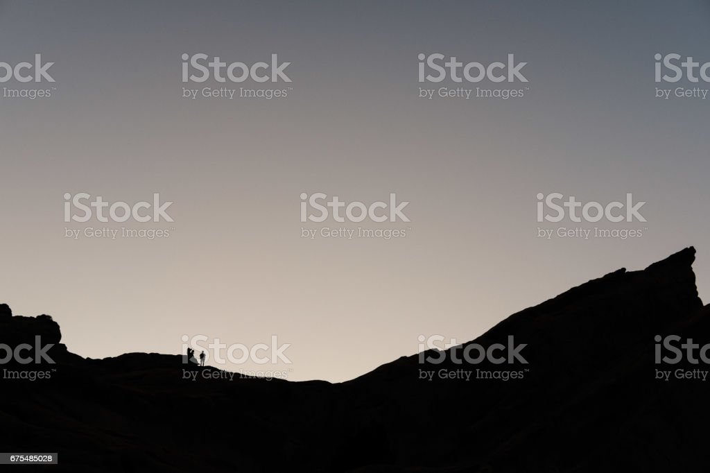 Cliff üzerinde insan silüeti royalty-free stock photo