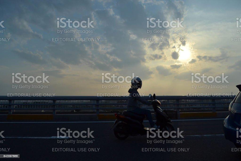 Silueta de personas que viajan en la tarde (sunset) - foto de stock