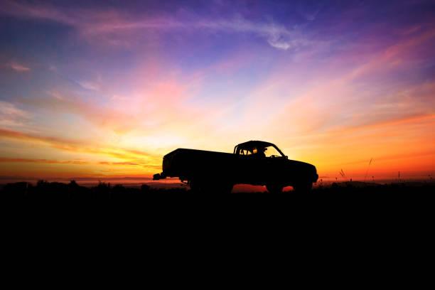 kamyonetin arka plan güzel günbatımı üzerinde siluet - pikap stok fotoğraflar ve resimler