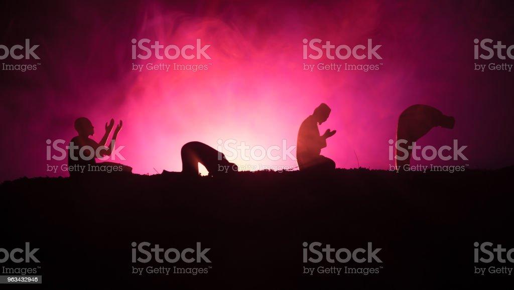 Silhouette de prière musulman sur fond brumeux tonique. Ramadan Kareem fond. Décoration de vacances musulmanes Aïd. Concept de religion de gens en prière. - Photo de Abou Dhabi libre de droits
