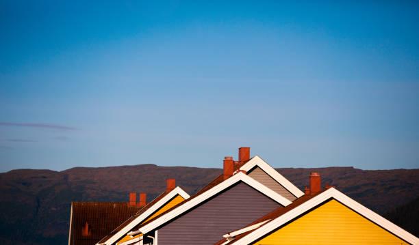 siluett av tak av trähus. typiska arkitektur av skandinaviska länderna. en rad av trähus. norge. - norrbotten bildbanksfoton och bilder