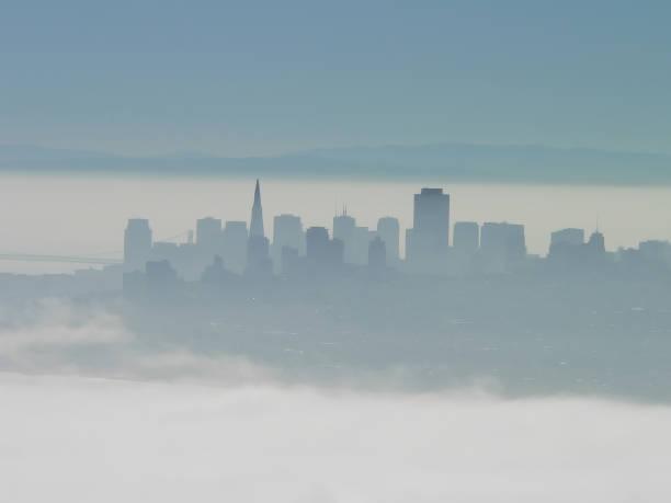 Silhouette der Skyline von San Francisco im Nebel – Foto