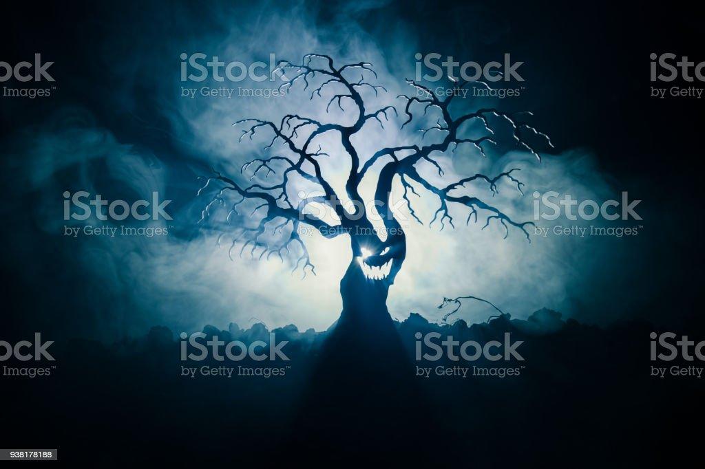 어두운 안개에 공포 얼굴 무서운 할로윈 나무 실루엣 배경 뒷면에 달 톤. 좀비와 악마 얼굴 무서운 공포 나무입니다. - 로열티 프리 가을 스톡 사진