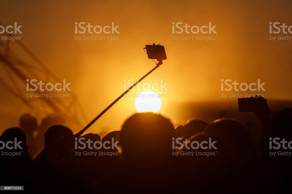Silhouette des Smartphone auf Selfie stick – Foto