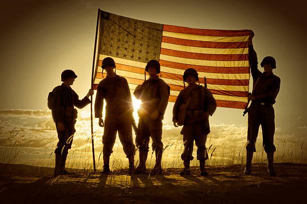 silueta de los soldados con bandera estadounidense - personal militar fotografías e imágenes de stock