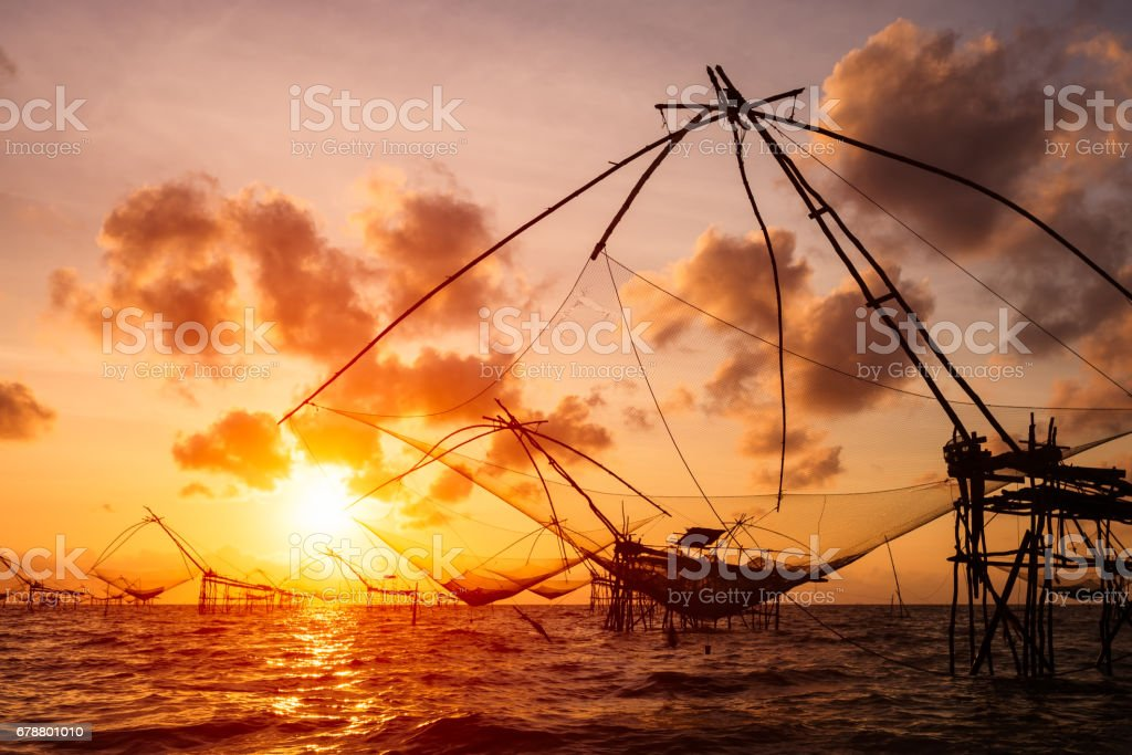 Silhouette of Square nets and sky background at sunrise, Pakpra, phattalung, Thailand. photo libre de droits