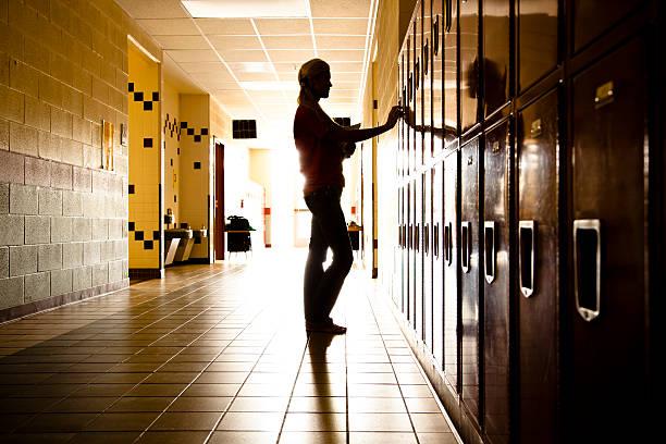 silhouette der schüler im flur. schließfächer. high school. mädchen. bildung. - gymnasium stock-fotos und bilder