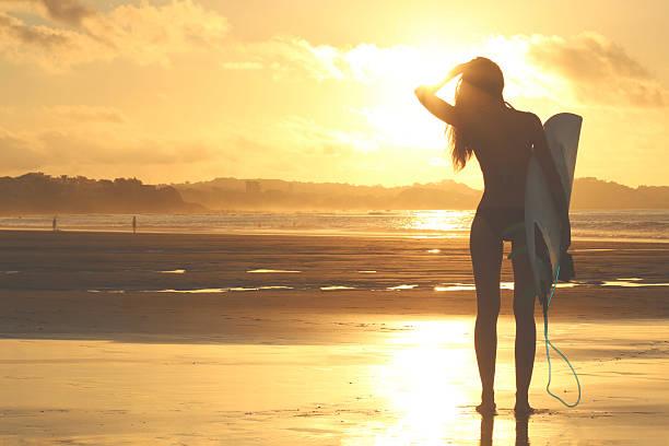 Silueta de Chica surfista al atardecer - foto de stock