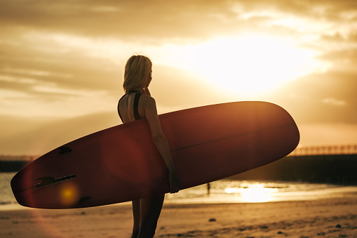 Arka Işık Ile Gün Batımında Sahilde Surfboard Ile Poz Sörfçü Silüeti Stok Fotoğraflar & Arka Işıklar'nin Daha Fazla Resimleri