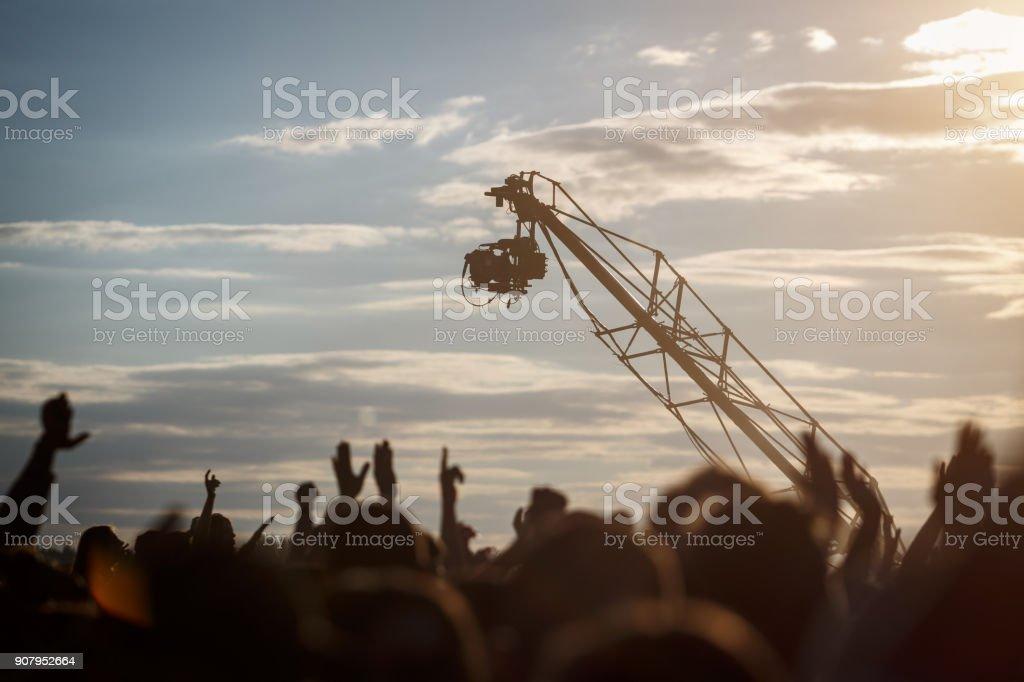Silhouette der Fernsehkamera hängen Kran arbeitet an Outdoor-Musik-festival – Foto