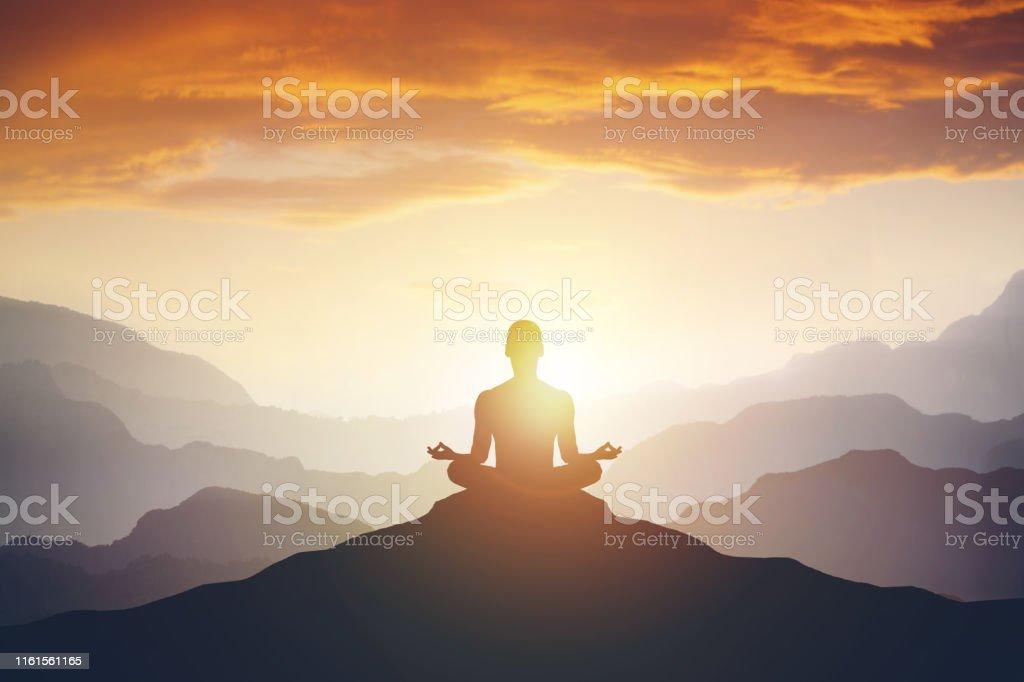 Silhouet van de meditaion-man op de berg - Royalty-free Achtergrond - Thema Stockfoto