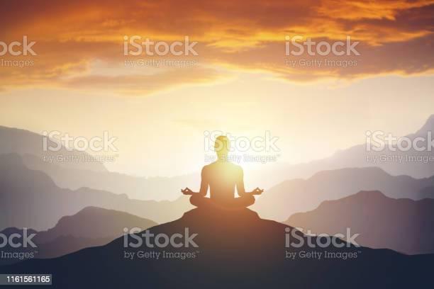 Silhouet Van De Meditaionman Op De Berg Stockfoto en meer beelden van Achtergrond - Thema