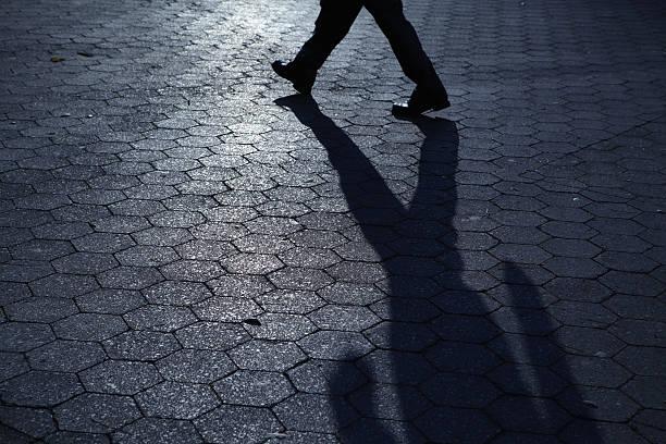 Silhouette der nicht erkennbare Mann zu Fuß in blaue Nacht-Schatten – Foto