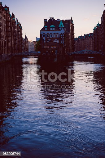 Silhouette Of Water Castle In Old Speicherstadt Or Warehouse District In Evening Sun Light Hamburg Germany - Stockowe zdjęcia i więcej obrazów Architektura