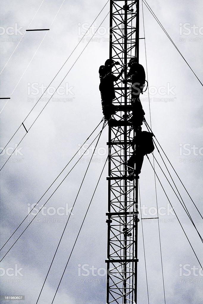 silhouette der Arbeiter reparieren Kommunikation Turm – Foto
