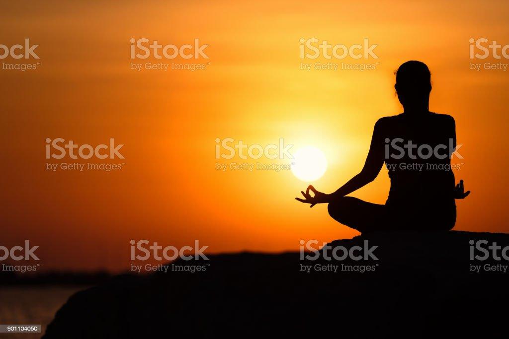 Silhouette der junge Asiatin, Yoga zu praktizieren. – Foto
