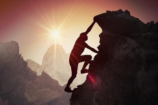 Silhouette Des Jünglings Klettern Am Berg Stockfoto und mehr Bilder von Abenddämmerung