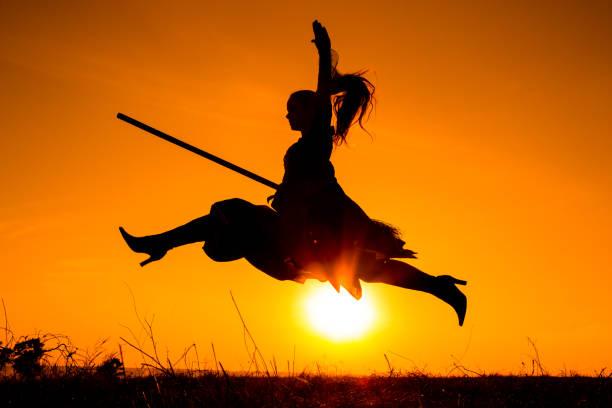 silhueta da jovem bruxa voando na vassoura - girl power provérbio em inglês - fotografias e filmes do acervo