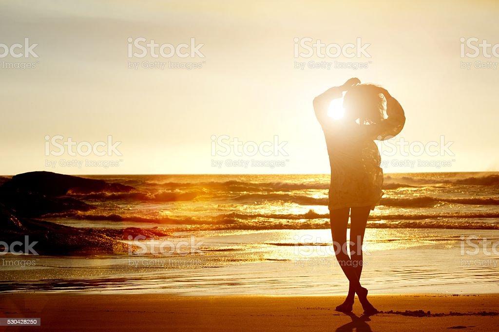 Sagoma Di Giovane Donna Che Cammina Sulla Spiaggia Di Spalle