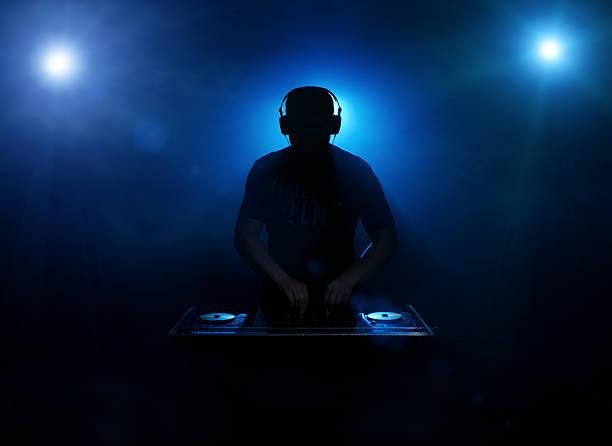 silhouette de dj - dance music photos et images de collection