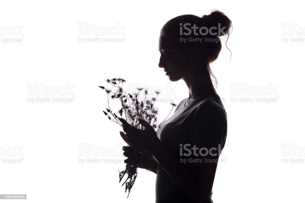 Profil De La Silhouette Dune Belle Fille Avec Un Bouquet De Fleurs