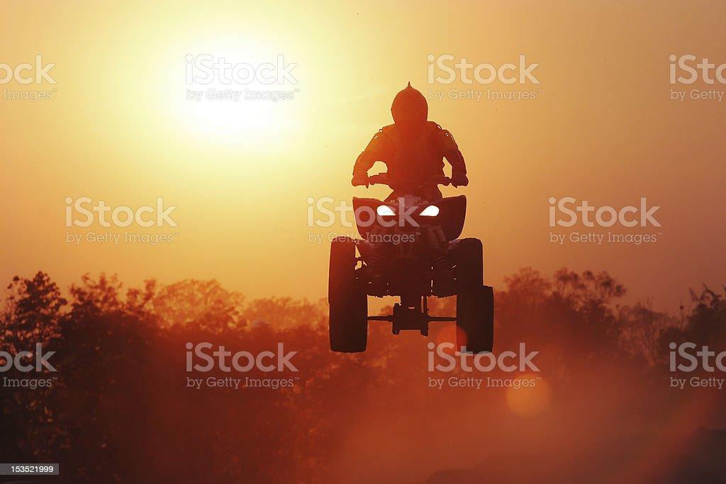 Silhouette Quadbike jumping in track. – Foto